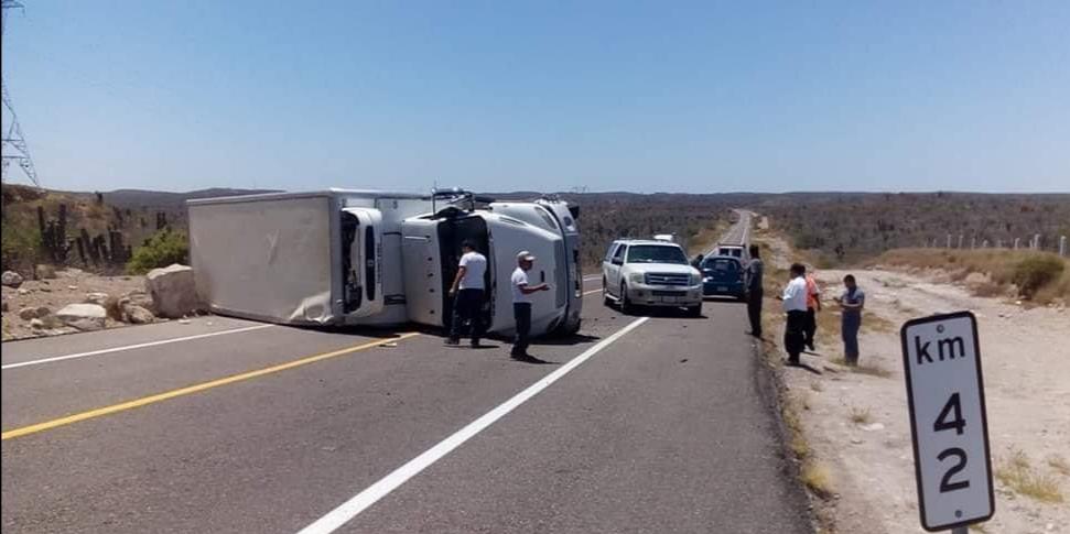 Camión volcado en carretara de La Paz